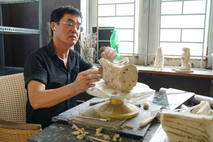 "With painter Dinh Phong only when he creates sculptures, he can truly satisfy his ""dream of flying"". Photo: Minh Vuong."